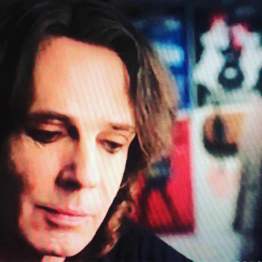 OK, it's a little blurry, but that's our @thestarterwives poster behind the one and only @rickspringfield aka in this week's episode of on the CW Network @thecw And just below, our friends @sexwithstrangersband